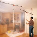 Die Staubschutzwand Zipwall kann ein Handwerker ohne Hilfe im Handumdrehen aufbauen. Spezielle Dichtschienen sorgen dafür, dass auch an Wand und Decke kein Staub nach außen dringen kann.